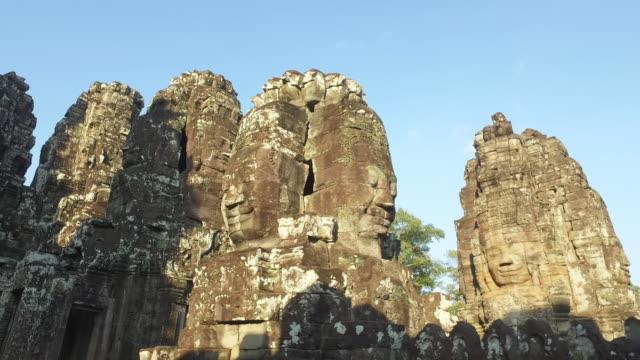kambodscha angkor thom tempel angkor wat 4k video walk - basrelief stock-videos und b-roll-filmmaterial