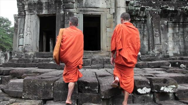 Camboyano monjes a pie de entrada de bayón