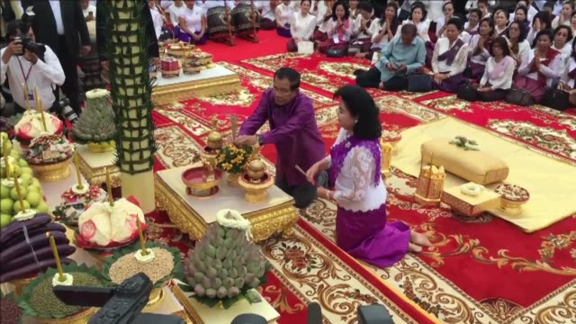 vídeos de stock e filmes b-roll de cambodian prime minister hun sen and buddhist monks pray ahead of a ceremony due to take place on sunday - prime minister