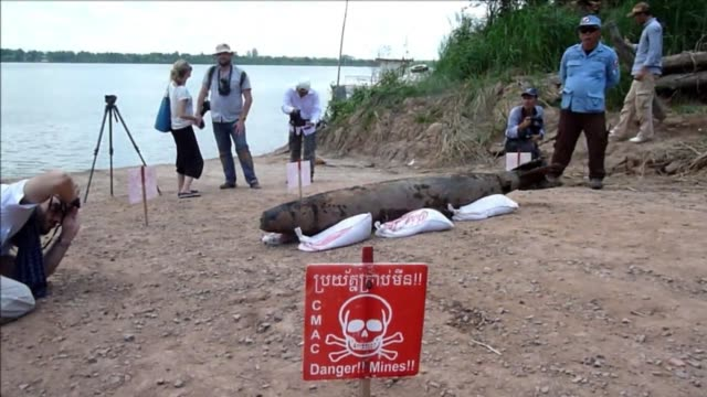 a cambodian underwater demining team pulled an americanmade bomb from the mekong river for the first time this week as the country battles the... - made in the usa kort fras bildbanksvideor och videomaterial från bakom kulisserna