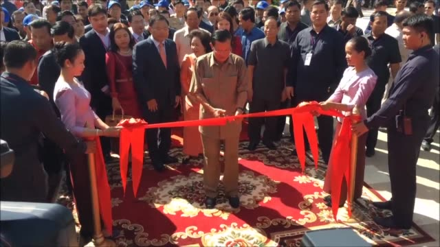 vídeos de stock, filmes e b-roll de cambodia's strongman leader hun sen takes a brief break from electioneering to watch orangutans roller skate and kickbox as he opens the first major... - prime minister