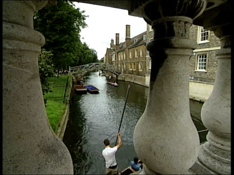 vídeos de stock, filmes e b-roll de punting shopping in the city centre and university buildings england cambridge ext punting on river cam/ close up of tourists punting / tourists in... - king's college cambridge