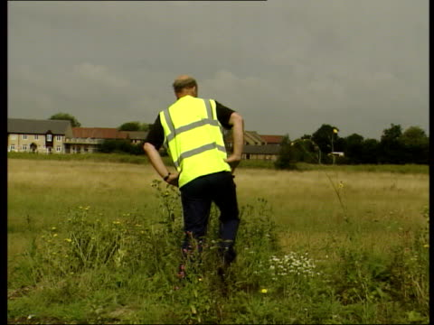missing 10-year old girls; itn england: cambridgeshire: soham: ext lms volunteers towards along road thru grassy wasteland as searching for clues in... - 10 11 anni video stock e b–roll