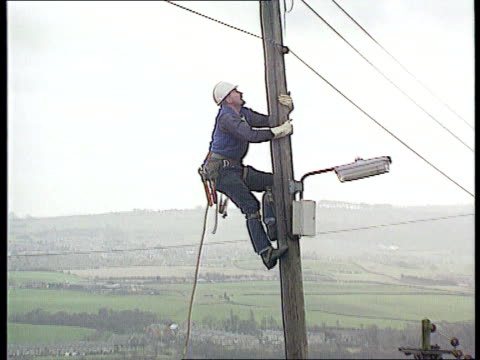 camelot buying out gtech; itn offices of office of electricity regulation levinson clipreel ???: electricity worker climbing pole ???: int... - letterbox bildbanksvideor och videomaterial från bakom kulisserna