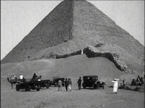 b/w 1927 camels + cars in front of great pyramid / giza, egypt / industrial - prelinger archive stock-videos und b-roll-filmmaterial
