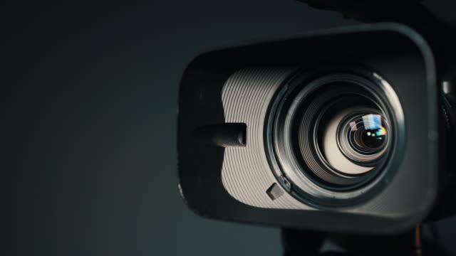 vidéos et rushes de caméra et lentille zoom, photo gros plan, gros coup de caméras vidéo professionnelles, avec sa lentille zoom in et out. - ouverture du diaphragme