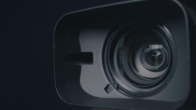 kamera und objektiv zoom, nahaufnahme - linse augapfel stock-videos und b-roll-filmmaterial