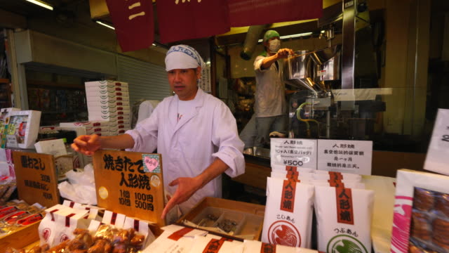 camera captures cooking process of ningyou-yaki (smallsnack cake) at mihatodou, which is one of reasonable price ningyoyaki maker in asakusa nakamise-dori. - lingua giapponese video stock e b–roll