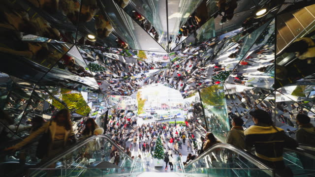 stockvideo's en b-roll-footage met camera captures entrance escalator of tokyu plaza omotesando harajuku, which are surrounded by faceted mirrors walls like a kaleidoscope at harajuku tokyo japan – november. 26 2017. - spiegel