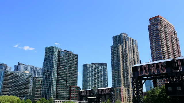 pan camera captures manhattan skyscrapers and new highrise residences at long island city queens new york. - パン効果点の映像素材/bロール