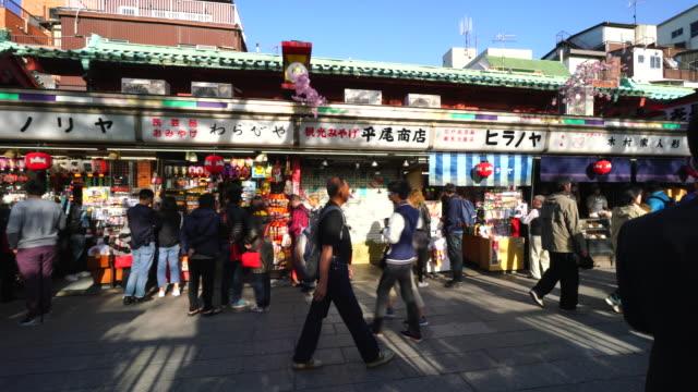 camera captures many people and traditional gift shops along the nakamise-dori at sensoji temple (asakusa kannon temple). - ギフトショップ点の映像素材/bロール