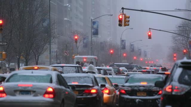 vídeos y material grabado en eventos de stock de tl camera captures midtown manhattan traffic and commuters while snowing at park avenue while snowing. - luz verde semáforo