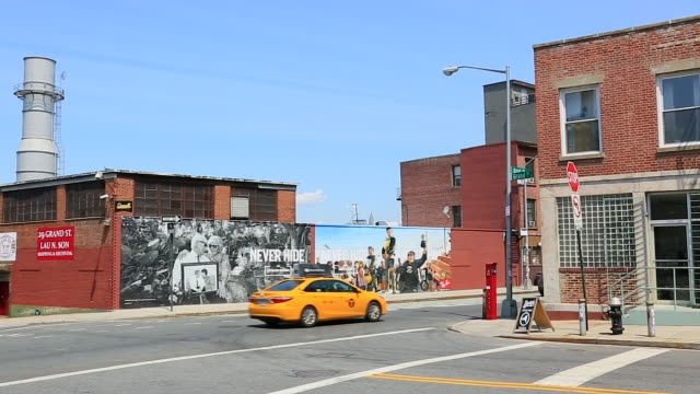 pan camera captures wall advertisements and street view  at brooklyn. - 道路標識点の映像素材/bロール
