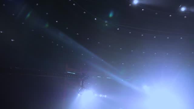 vídeos y material grabado en eventos de stock de grúas de la cámara en concierto - evento de espectáculos