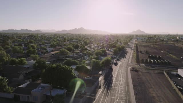 vidéos et rushes de camera descends onto city street, tracking car - inclinaison vers le bas