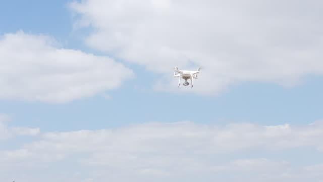 空を飛ぶカメラドローン - 操作する点の映像素材/bロール