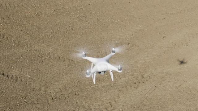vídeos de stock, filmes e b-roll de zangão da câmera no vôo sobre o campo arado - hélice peça de máquina