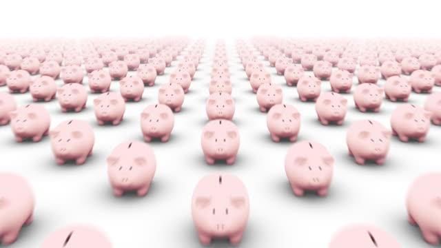 vidéos et rushes de camera flies backwards over innumerous piggy banks and reveals one that stands alone - tirelire