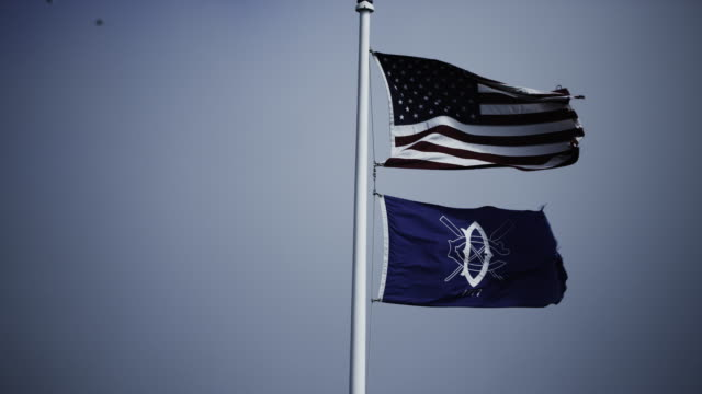 vídeos de stock, filmes e b-roll de camera focuses on flags whipping in the winds of san francisco bay. - vinheta