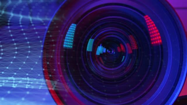 カメラレンズ 色とコンピュータグラフィックスパイダーウェブラインで飾られています。 - 撮影現場点の映像素材/bロール