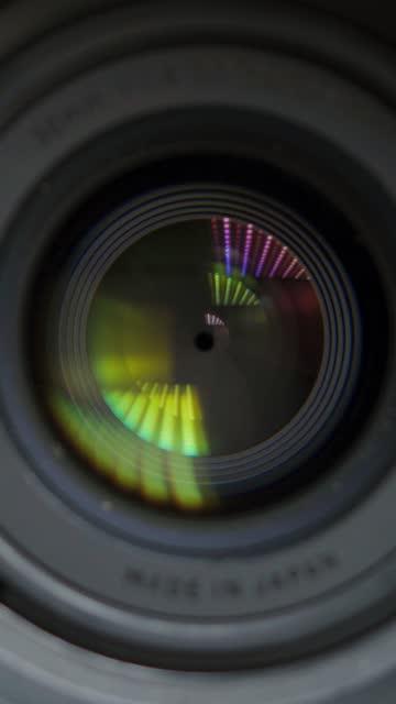 vidéos et rushes de objectif de la caméra. objectif objectif interne d'une caméra. léger glisser à travers l'objectif. - ouverture du diaphragme