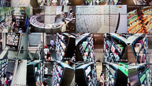 vídeos de stock, filmes e b-roll de monitoramento da câmera cctv - sob proteção
