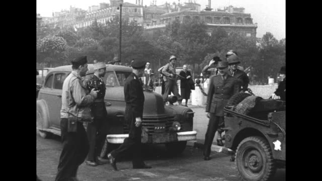 vídeos y material grabado en eventos de stock de camera moving past waving crowd on sidewalk, police in front / open car surrounded by motorcyclists moving past crowd, general de gaulle and other... - fascismo