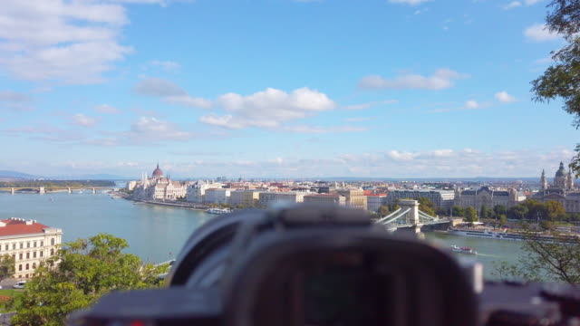 vídeos de stock e filmes b-roll de camera on tripod taking time lapse of danube river and chain bridge in morning in budapest in hungary - ponte das correntes ponte suspensa