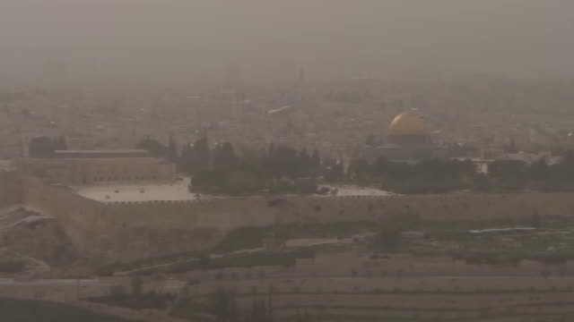 stockvideo's en b-roll-footage met camera pan establishing shot of the skyline in jerusalem israel on a cloudy day - religion or spirituality