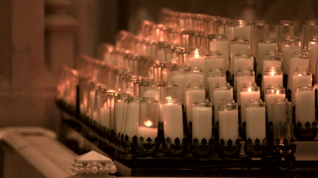 camera pan of prayer candles inside of saint paul cathedral in pittsburgh pennsylvania on august 15 2018 - religion or spirituality bildbanksvideor och videomaterial från bakom kulisserna