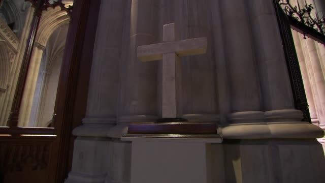 vídeos y material grabado en eventos de stock de camera pan on a stone cross inside of the washington national cathedral on september 31, 2018. - religion or spirituality