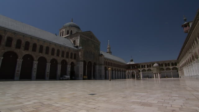 vídeos y material grabado en eventos de stock de camera pan on a wide angle shot of the courtyard inside of the umayyad mosque in damascus, syria on august 18, 2018. - religion or spirituality