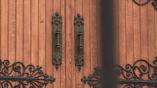 vídeos y material grabado en eventos de stock de camera pan to the doors outside the main entrance of saint paul cathedral in pittsburgh, pennsylvania on august 15, 2018. - religion or spirituality
