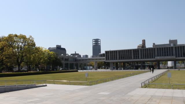 vídeos de stock e filmes b-roll de camera pan to the left, showing an exterior view of the museum at the peace memorial complex - arma de destruição em massa