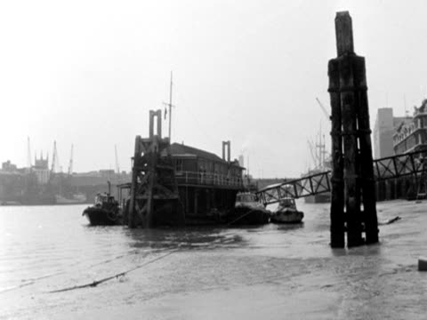 vídeos y material grabado en eventos de stock de camera pans right from a jetty at low tide on the river thames to the thames embankment and the south front of somerset house 1966n - marea baja