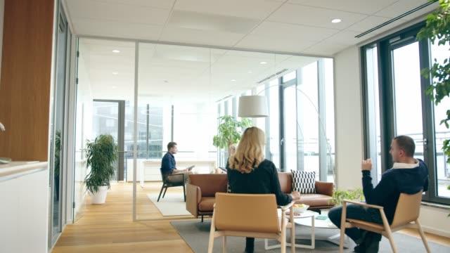 別々のオフィスで会議を行うビジネス関係者によるカメラ通過 - フリーアドレス点の映像素材/bロール