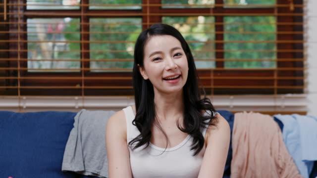 vidéos et rushes de caméra perspective d'une jeune femme asiatique belle vlogger, blogueur, parler pendant l'enregistrement, la radiodiffusion à la maison - blog vidéo