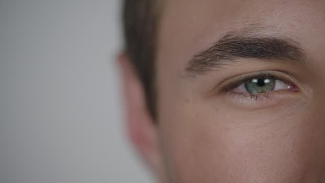 vídeos y material grabado en eventos de stock de la cámara empuja en la cara del joven en cámara lenta. - zoom hacia dentro