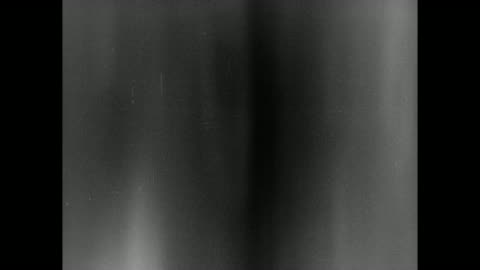 vidéos et rushes de 1931 camera swings violently up and down as men sing in mocking slow motion - 1931