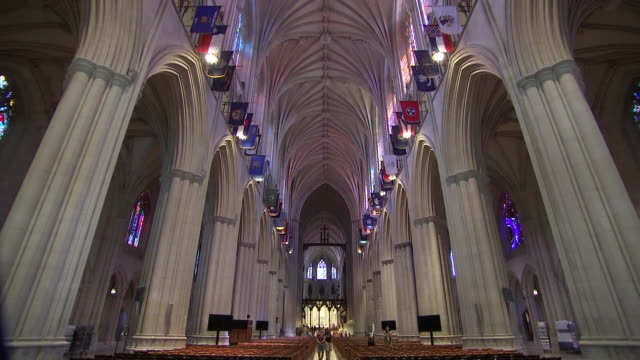 vídeos y material grabado en eventos de stock de camera tilt inside of the washington national cathedral during setup for john mccainõs funeral on september 31, 2018 in washington d.c. - religion or spirituality