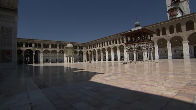 camera tilt on a wide angle shot of the courtyard inside of the umayyad mosque in damascus syria on august 18 2018 - religion or spirituality bildbanksvideor och videomaterial från bakom kulisserna
