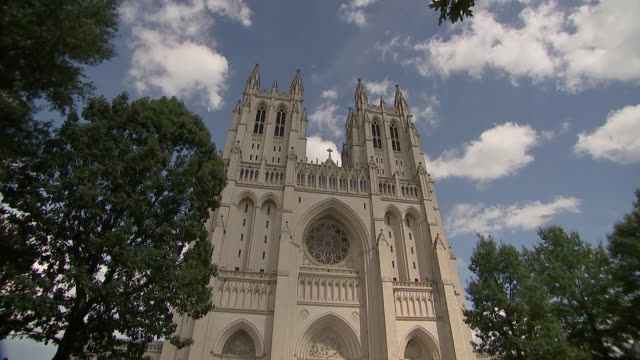vídeos y material grabado en eventos de stock de camera tilt shot of the washington national cathedral exterior on september 31, 2018. - religion or spirituality