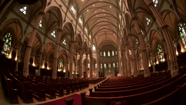 vídeos y material grabado en eventos de stock de camera tilt up through a fisheye lens inside of saint paul cathedral in pittsburgh, pennsylvania on august 15, 2018. - religion or spirituality