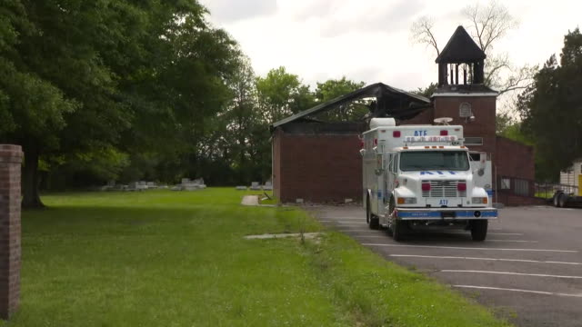 camera zoom in on the fire damaged mount pleasant baptist church in opelousas, louisiana on april 6, 2019. - バプテスト点の映像素材/bロール