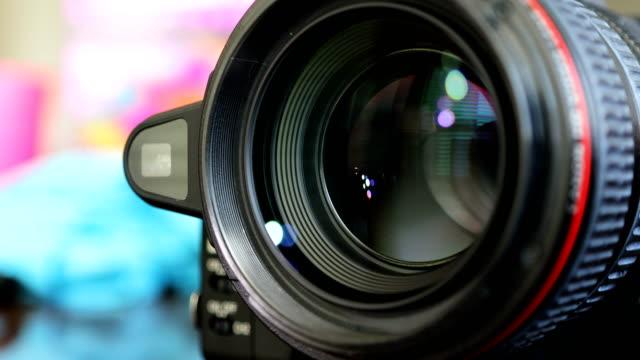 カメラズームレンズシャープな画像に焦点を合わせ、写真やビデオをキャプチャするためにズームイン/アウト - テレビカメラ点の映像素材/bロール