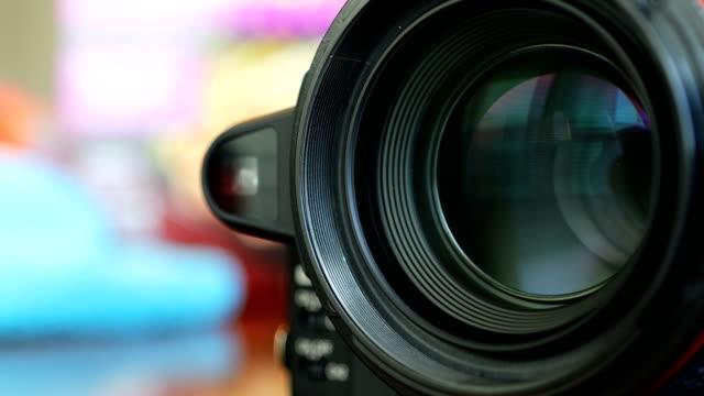 カメラズームレンズシャープな画像に焦点を合わせ、写真やビデオをキャプチャするためにズームイン/アウト - レンズ点の映像素材/bロール