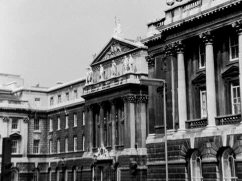 camera zooms out from a statue of britannia situated above the cornice on the west front of somerset house to reveal traffic in front of the... - veicolo di terra per uso personale video stock e b–roll