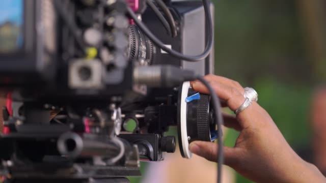 カメラマンに焦点を当ててビデオ カメラのフォーカスに従ってください。 - テレビカメラ点の映像素材/bロール
