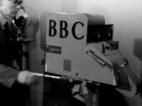 vídeos y material grabado en eventos de stock de cameraman looks through a television camera. - cámara de televisión