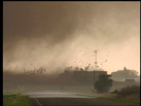 vídeos de stock e filmes b-roll de cameraman shouts with shock as tornado breaks house apart attica kansas 12 may 2004 - escombros material